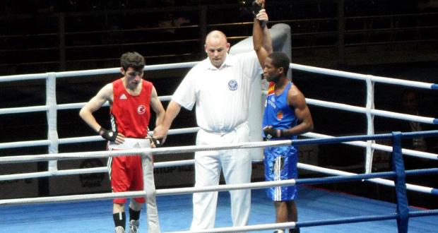 El boxeador español Kelvin de la Nieve tras ganar un combate. Fuente: AD