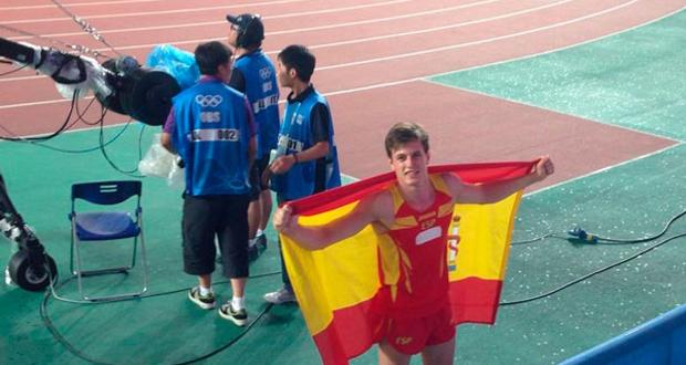 Noel del Cerro con la bandera de España tras ganar el oro en salto de pértiga en Nanjing. Fuente: RFEA