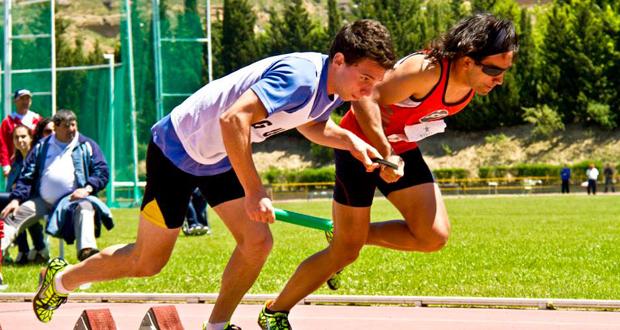 El atleta Martín Parejo y su guía Tim Stewart durante una carrera. Fuente: AD