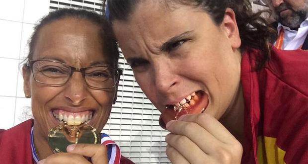 Las nadadoras Teresa Perales y Carla Casals celebran las medallas obtenidas en esta 1ª jornada del Europeo. Fuente: AD