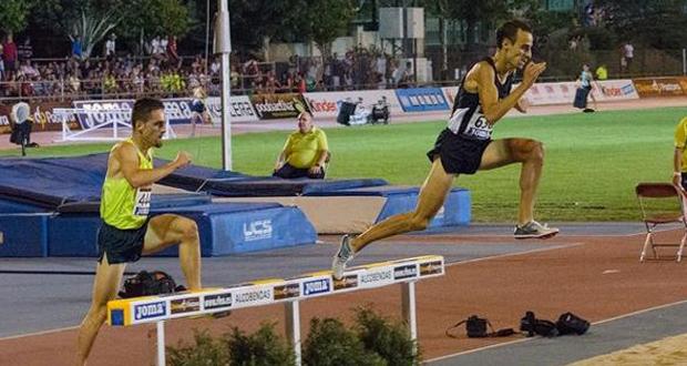 El atleta madrileño Víctor García salta un obstáculo en el campeonato de España. Fuente: AD