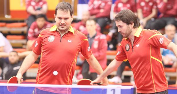 Los palistas Jordi Morales y Álvaro Valera, campeones del mundo por equipos junto a Alberto Seoane. Fuente: ITTF