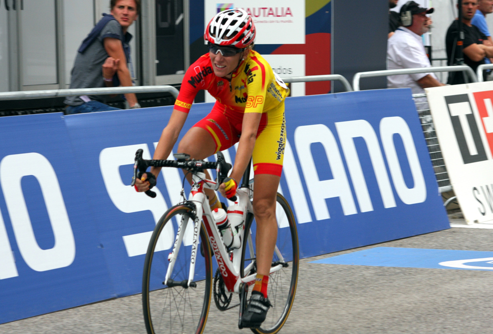 Anna Sanchís en una prueba de ciclismo femenin