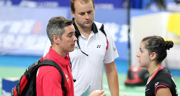 Fernando Rivas da instrucciones a Carolina Marín, con Anders Thomsen detrás. Fuente: Badminton Photo
