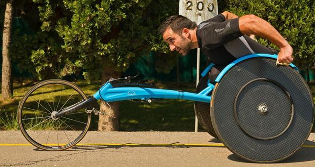 El atleta español Jordi Madera durante un entrenamiento con la silla de ruedas. Fuente: JM