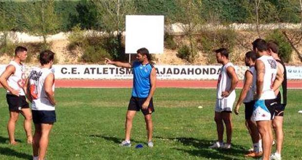 El seleccionador del seven español 'Tiki' Inchausti da instrucciones a sus jugadores. Fuente: Ferugby