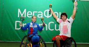 Dani con los títulos de campeón.