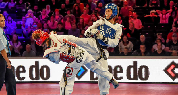 La española Eva Calvo golpea a la británica Jade Jones en la final de Manchester. Fuente: fetaekwondo