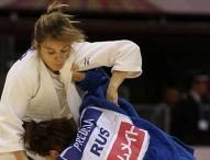 Laura Gómez acaricia la medalla en el Grand Prix de Astaná
