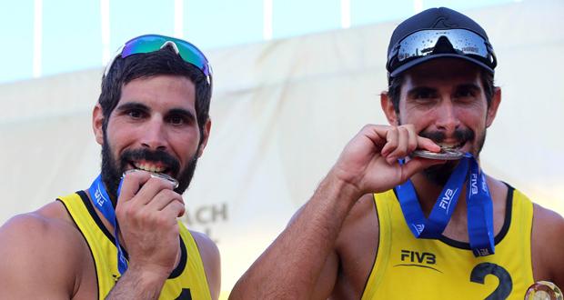 Fran Marco y Christian García muerden la medalla de plata conquistada en Xiamen. Fuente: RFEVB