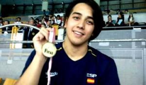 Miguel con la medalla de oro. Fuente: RFEN