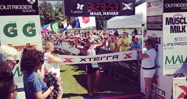 El triatleta malagueño Rubén Ruzafa en la meta en Hawaii. Fuente: AD