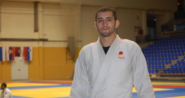 El judoca talaverano, Adrián Nacimiento, posa junto al tatami. Fuente: Laura Pérez