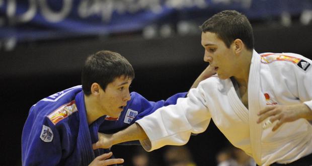 El judoca español Adrián Labrado, a la derecha, durante un combate. Fuente: arajudo