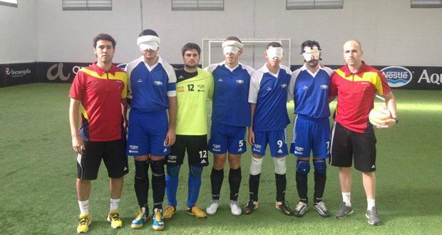 El seleccionador Jesús Bargueiras, a la derecha, junto al equipo de fútbol sala para ciegos. Fuente: Sefútbol-Ciegos