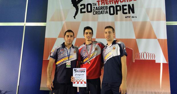 El taekwondista Joel González posa con la medalla de oro. Fuente: AD