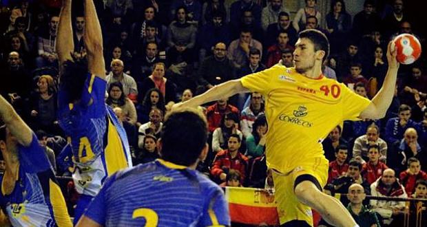 El lateral derecho, Álex Dujshebaev, en un partido amistoso con la selección española. Fuente: RFEBM