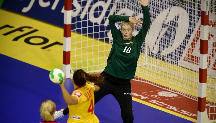 Carmen Martín ante la portera rusa. Fuente: EHFeuro2014