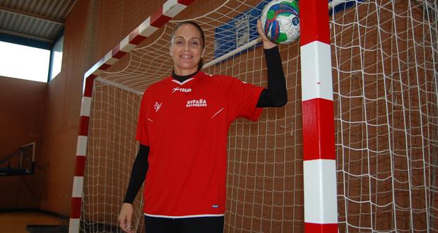 La guardameta de la selección de balonmano, Silvia Navarro, posa junto a una portería. Fuente: Laura Pérez