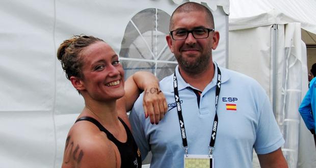 La nadadora española Mireia Belmonte y el seleccionador Fred Vergnoux. Fuente: RFEN