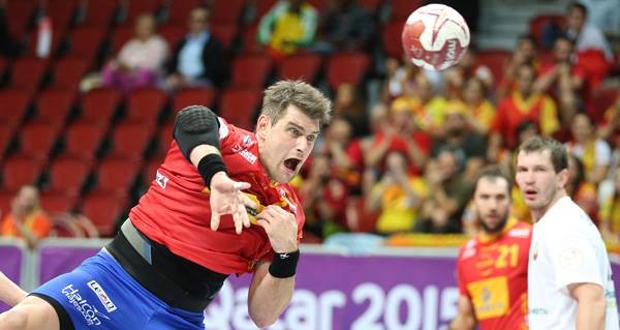 El pivote Julen Aginagalde se dispone a disparar en el partido ante Bielorrusia. Fuente: IHF