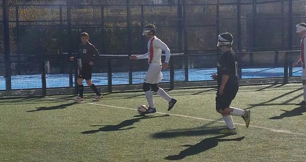 José Luis Giera 'Pepelu' conduce el balón en el partido entre Alicante y Granada. Fuente: AD