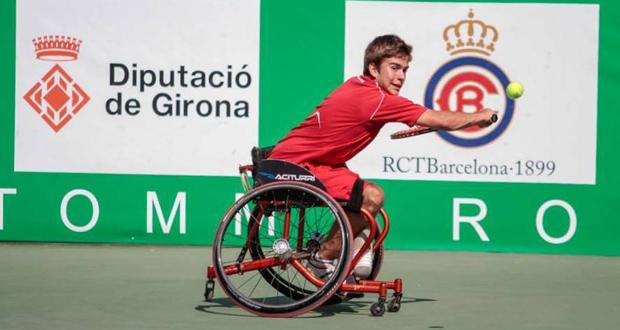 El tenista vigués de 15 años, Martín de la Puente, durante un partido. Fuente: AD