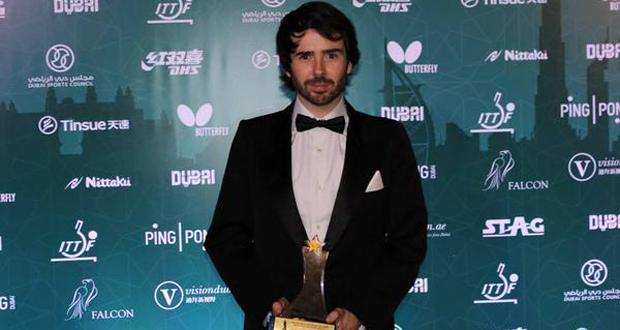 Álvaro Valera con el premio a mejor jugador paralímpico de tenis de mesa. Fuente: ITTF