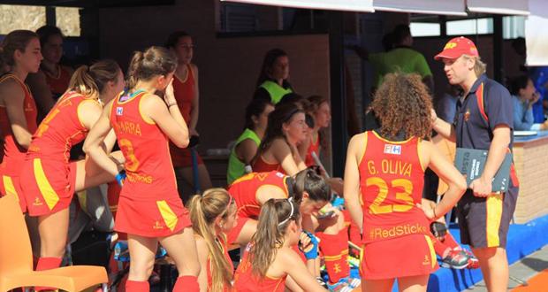 Adrián Lock da instrucciones a sus jugadoras durante un partido. Fuente: RFEH