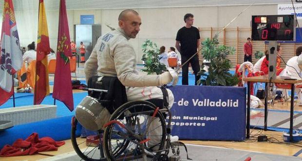 El tirador de esgrima en silla de ruedas, Lorenzo Ribes, en una competición. Fuente: AD