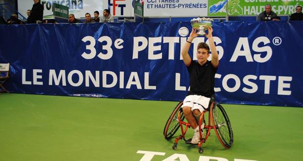 Martín de la Puente alza el trofeo de campeón del mundo júnior de tenis en silla. Fuente: AD