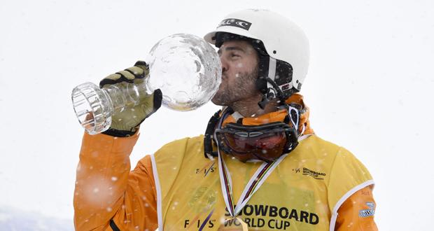 El rider donostiarra, Lucas Eguíbar, besa el Globo de Cristal tras ganar el circuito de la Copa del Mundo. Fuente: Oriol Molas