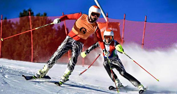 Jon Santacana junto a su guía Miguel Galindo en una prueba de esquí alpino. Fuente: AD