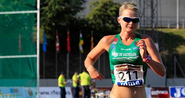 La atleta española Julia Takacs durante una prueba de marcha. Fuente: RFEA