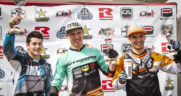 El alicantino Marc Killian, en el centro, tras ganar 2 mangas de la Liga de BMX. Fuente: RFEC