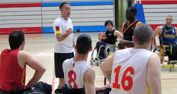 El seleccionador de baloncesto en silla, José Artacho, da instrucciones a sus jugadores. Fuente: FEDDF