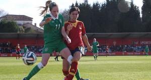 Marta Corredera pugna por un balón en el partido ante Irlanda. Fuente: Sefutbol