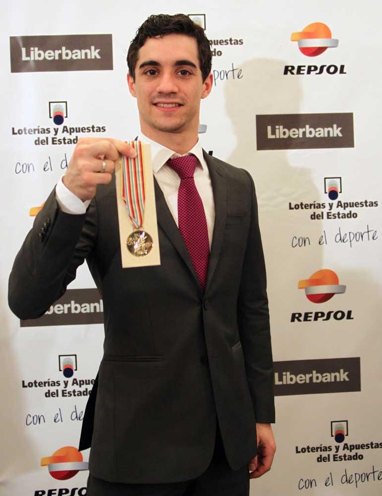 Javier Fernández, mostrando la medalla lograda el 28 de marzo en Shanghái. Fuente: CSD