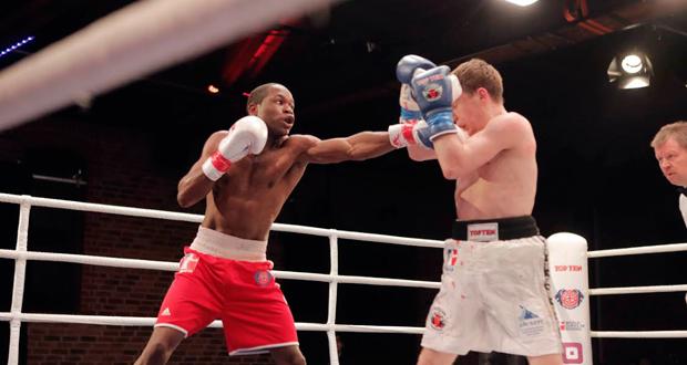 El español Kelvin de la Nieve golpea al ruso Vetkín en las Series Mundiales de boxeo. Fuente: feboxeo