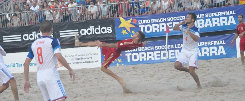 El jugador de la selección española de fútbol playa, Llorenç Gómez, intenta una chilena. Fuente: AD