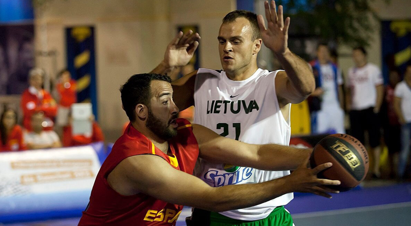 El mejor jugador de España de baloncesto 3x3, Juan Vasco, durante un partido. Fuente: FIBA