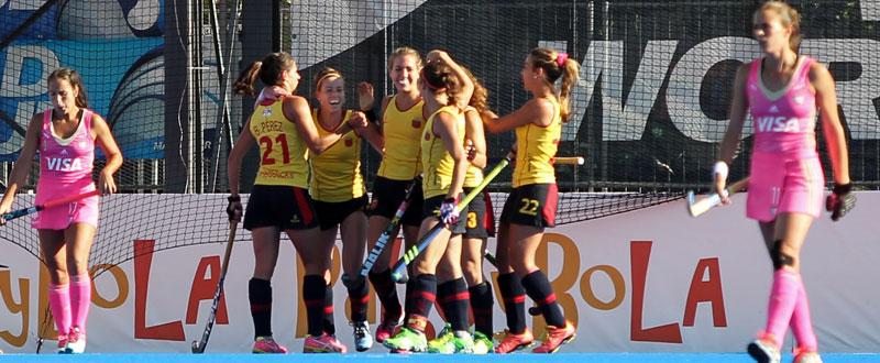 La selección española femenina de hockey hierba durante su encuentro con Argentina. Fuente: Rfeh