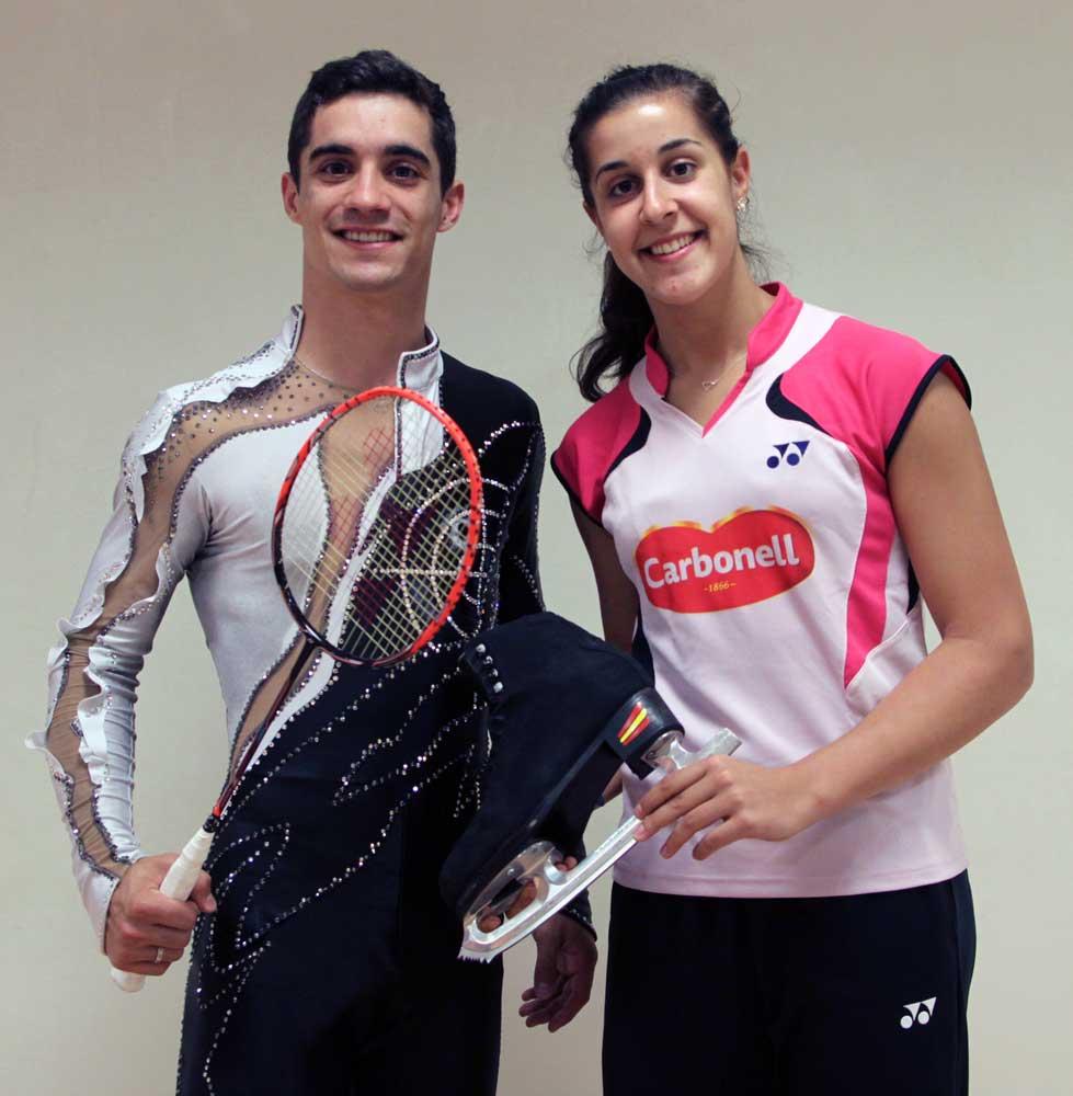Caro posa con los patines con los que Javi ganó su título mundial, mientras que éste sostiene una raqueta de entrenamiento de ella. Fuente: CSD