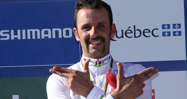 El biker José Antonio Hermida realizando su habitual gesto del 'pistolero' cuando logra una victoria. Fuente: RFEC