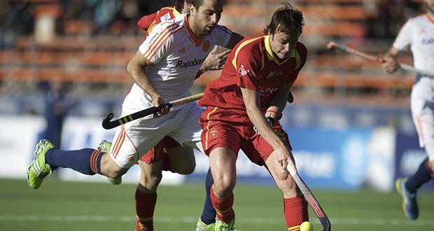 Bosco Pérez Bla conduce una bola en el partido ante Holanda. Fuente: FIH