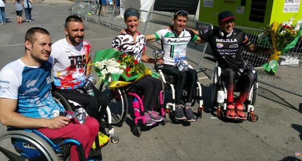 Rafa Botello, a la derecha, y Eva Moral junto a algunos de los atletas que compitieron en la carrera 'Liberty'. Fuente: AD