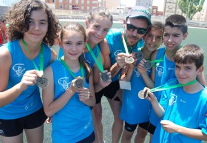 Tras la ceremonia de podio, todos enseñaban orgullosos las medallas. Fuente: AD