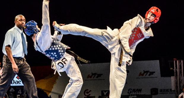 El taekwondista español, Jesús Tortosa, golpea a un rival en un combate. Fuente: AD