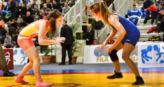 Karima Sánchez, a la izquierda, durante un combate de lucha olímpica.