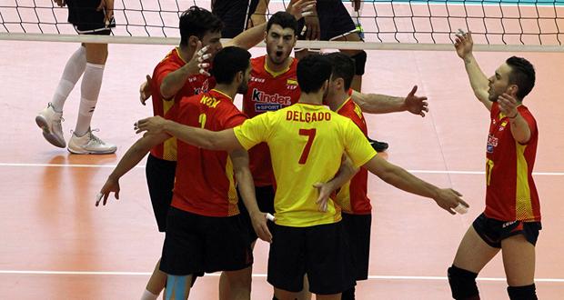 Los jugadores de la selección española de voleibol celebran un punto. Fuente: RFEVB